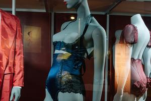 От кринолинов до «порношика»: 10 хитов выставки «Под одеждой» в«Эрарте»