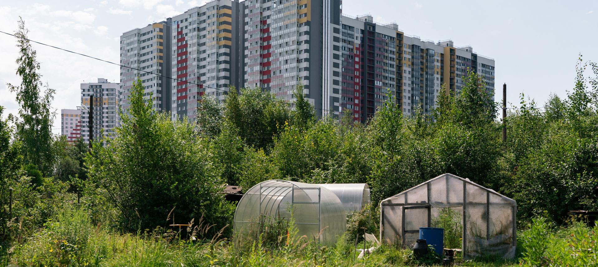 «Муравейники» и «хибары»: Как многоэтажные новостройки уживаются с деревней