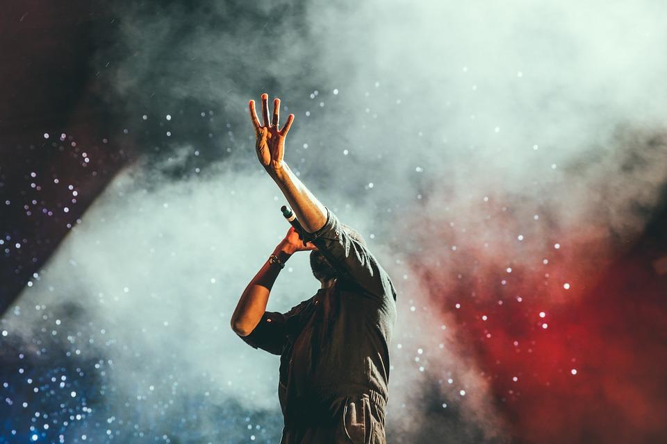 Спектакль про Фредди Меркьюри, забайкальский стендап и вечеринка от создателей подкаста «БатьНеБать»