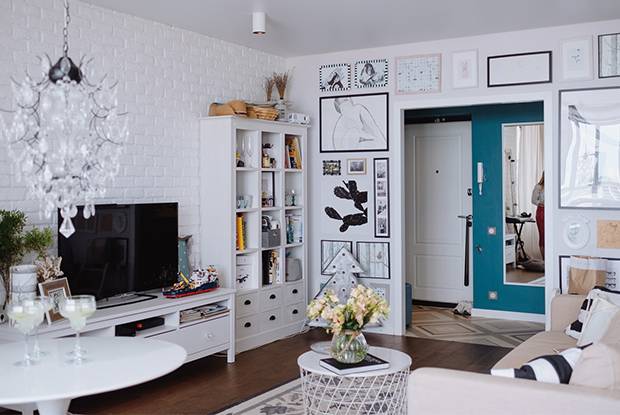 Светлый интерьер в однокомнатной квартире с панорамными окнами