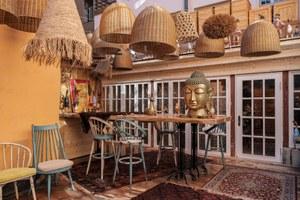 Mr. Pinky: Спикизи-ресторан при отеле— сдиким интерьером ивходом через барбершоп