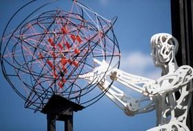 Матисс на заборной сетке, сотворение мира изпластика ипрогулка впараллельных мирах