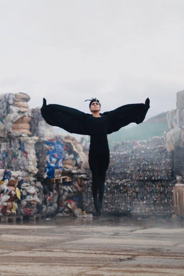 В«Щелковском» пройдет выставка «LeSouffle. Дыхание». Нафото артисты балета танцуют нафоне мусорных полигонов