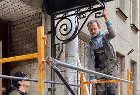 Житель дома на Петроградской стороне сам сделал для своей парадной красивый козырек — вместо прежнего уродливого
