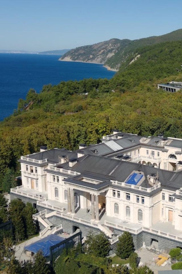 Алексей Навальный выпустил расследование про «дворец для Путина»