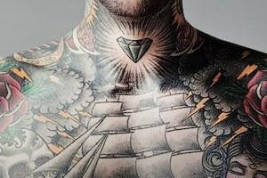 Группа с tattoo: Кто и почему делает татуировки с логотипами своих компаний