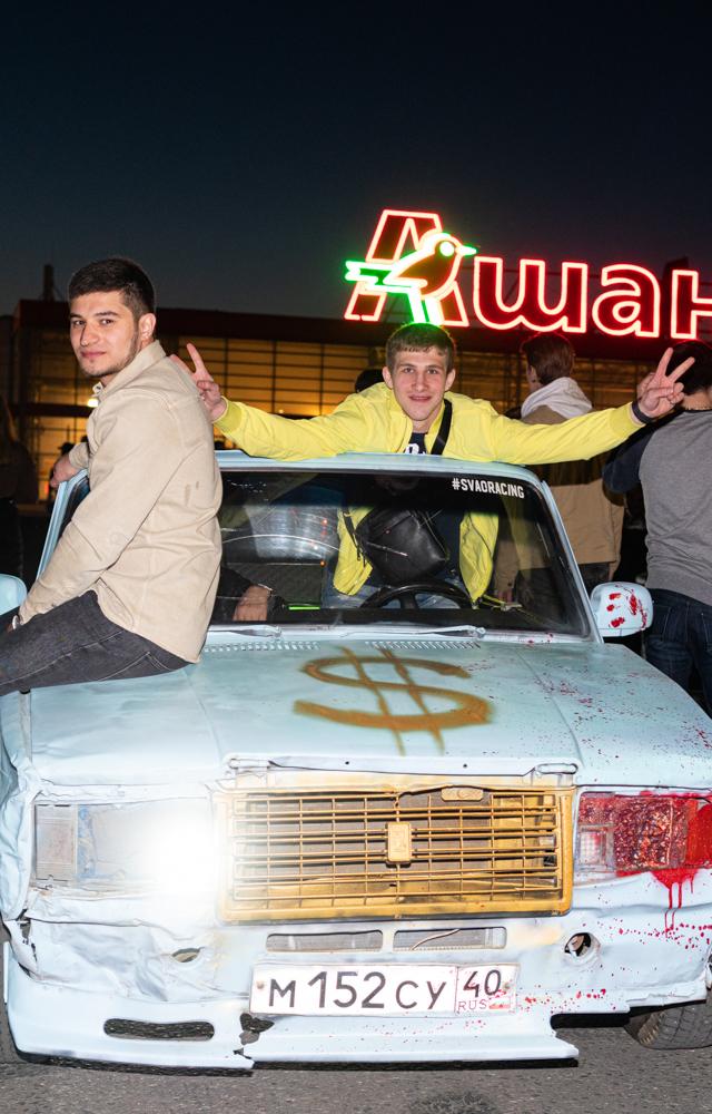 Суета кальянного рэпа изаниженных машин напарковке московского «Ашана»