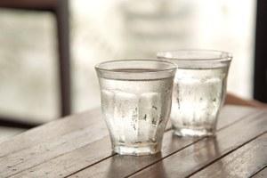 Нужно ли выпивать два литра воды вдень?