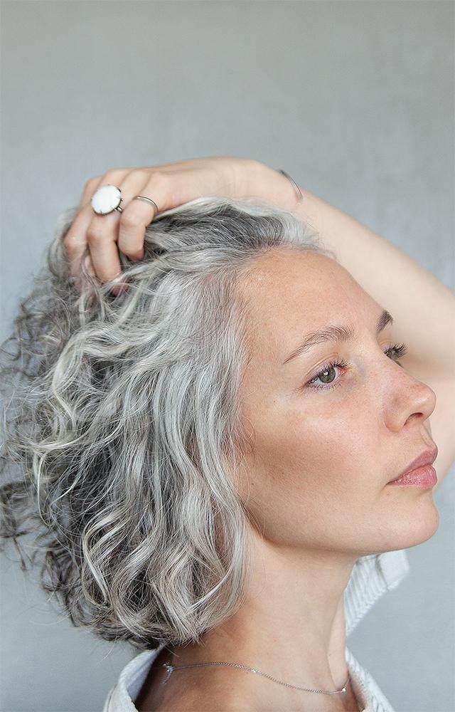 Молодые горожане сседыми волосами — опринятии себя