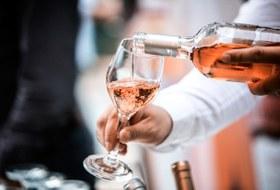 Должны ли наливать вино вбокал пригосте?