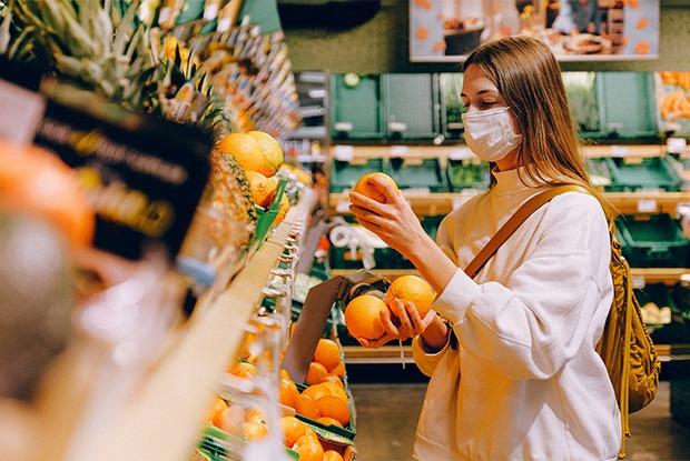 Дистанция и перчатки: Какбезопасно ходить запродуктами вовремя эпидемии