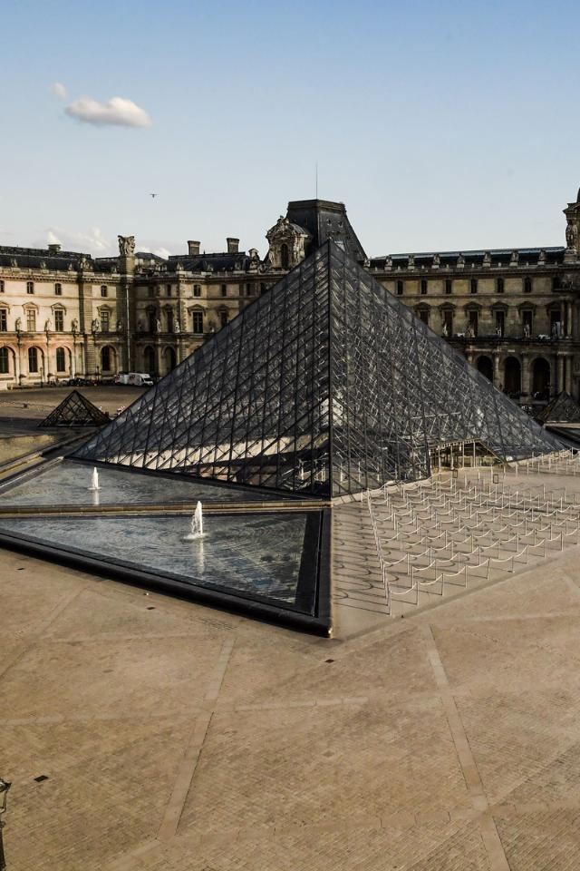 Лувр оцифровал всю коллекцию произведений искусства. Исделал интерактивную карту, чтобы пользователи незаблудились