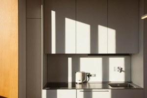 Светлая квартира-галерея с мебелью в духе 60-х (Екатеринбург)