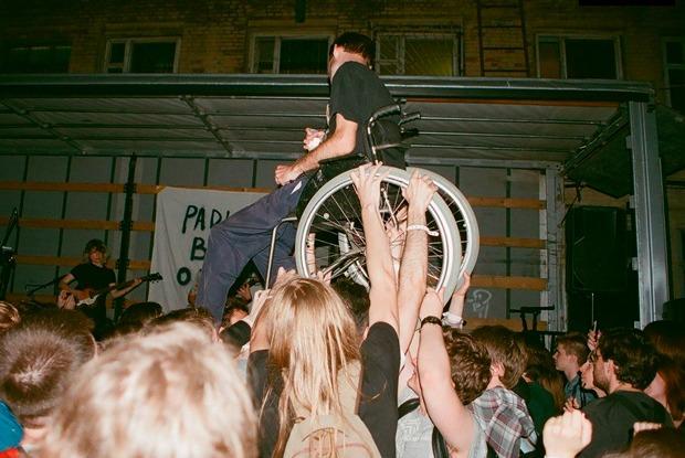 На концерты ивечеринки почти неходят люди синвалидностью. Вот как это можно исправить