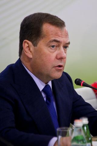 В день рождения Медведева Путин наградил его орденом «Зазаслуги перед Отечеством»