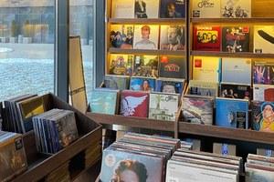 В книжном магазине, на заводе ивспальном районе: Три новых магазина винила в Москве