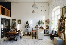 «Ничего страшного» в Нижполиграфе: эклектичный стиль двухэтажной мастерской с огромными окнами