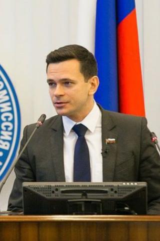 УИльи Яшина тоже появился двойник навыборах вГосдуму. Хотя самого политика наних недопустили