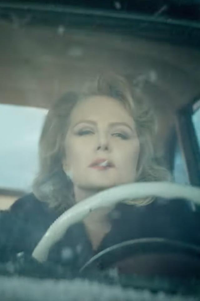 «Язлой человек»: Новый клип Земфиры, где только Рената Литвинова, машина иснег