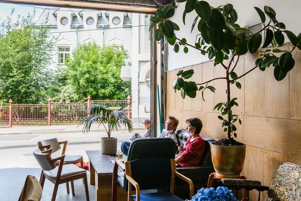 Немосковское гостеприимство: Кафе-гараж «Сюр» вБольшом Трехсвятительском переулке