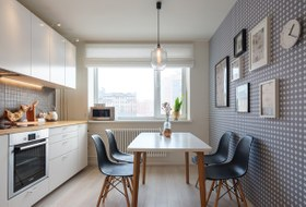 Светлая двухкомнатная квартира смебелью в стиле mid-century