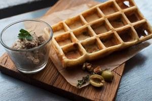 Кафе Grill & Gyros и Wafflestory, пивной бар «Сосна и Липа», магазины «Углече Поле» и Grusha Market