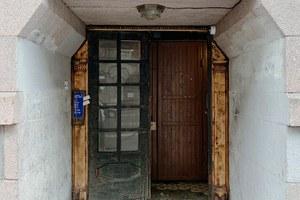 Было— стало: Впарадной наПетроградской старую историческую дверь заменили нановую газпромовскую