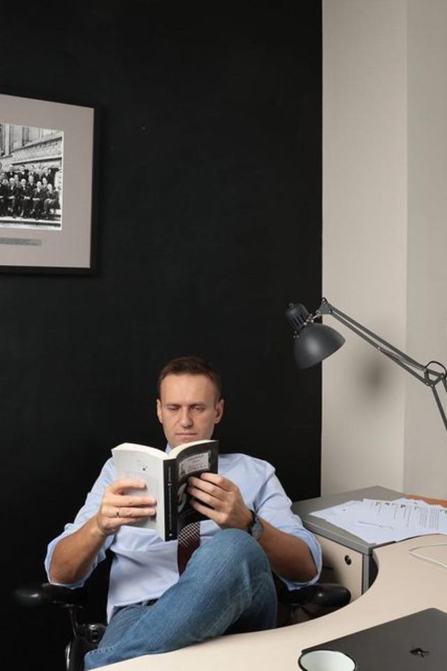 Алексея Навального сняли спрофучета как склонного кпобегу, нопоставили надругой как экстремиста итеррориста