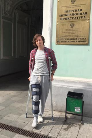 Дизайнер, которому полицейские сломали ногу перед митингом, сообщил, что изего медкарты убрали упоминание осиловиках