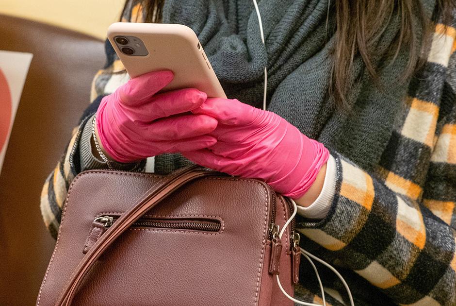 Перчатки в метро больше не нужны. Накануне их проверяли особенно тщательно
