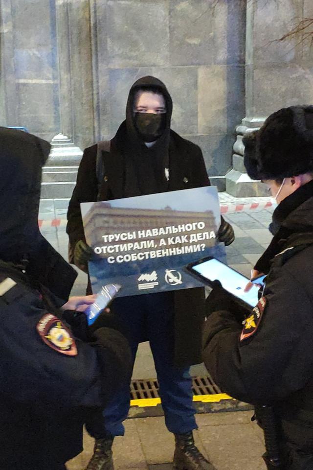Уздания ФСБ вМоскве начались одиночные пикеты из-за отравления Алексея Навального