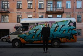 «Я живу в минивэне на улице Рубинштейна»