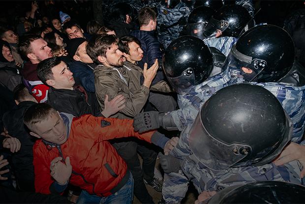 Музыка, ОМОН и десятки задержанных: Третий день протестов за сквер в Екатеринбурге