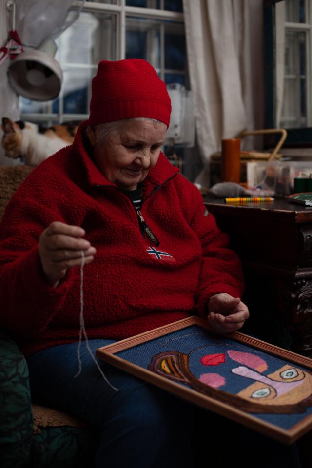 ВМоскве пройдет выставка художницы Юлии Алешичевой. Она создает вышивки иборется сдеменцией