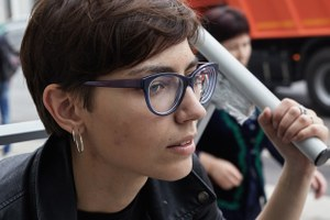 Как и зачем художница Катрин Ненашева гуляет погороду, привязанная к кровати