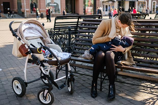 Где и как кормить ребенка грудью в общественном месте