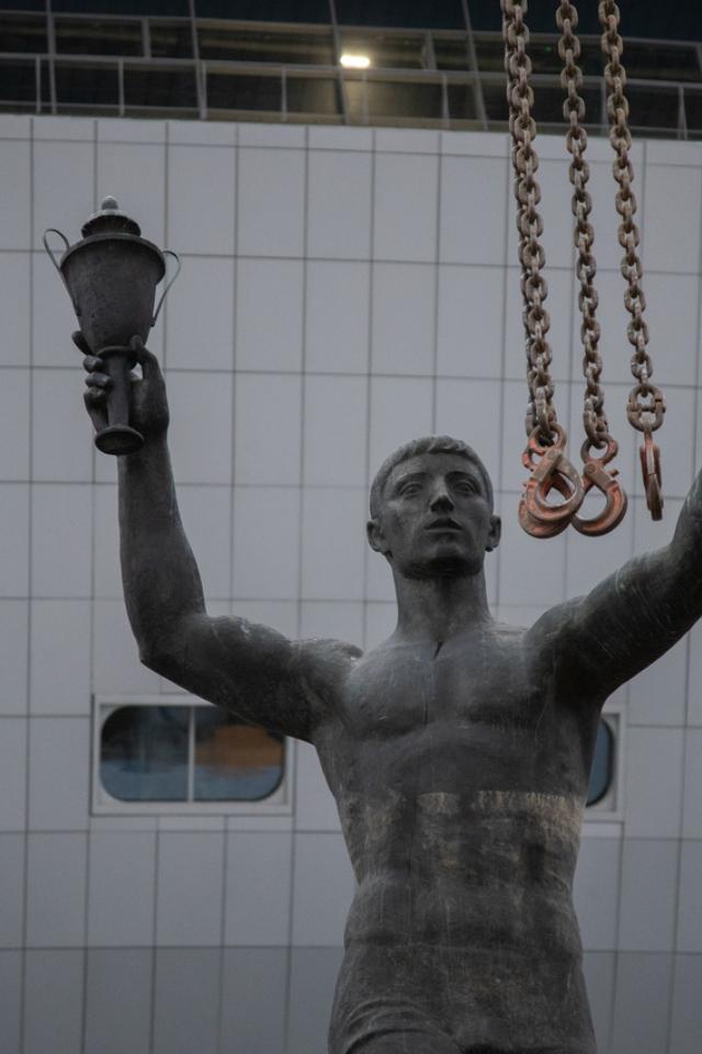 Скульптуры «Спорт» и «Искусство», украшавшие вход в разрушенный СКК, установили возле «Газпром Арены»
