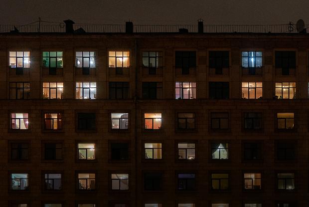 Еще не карантин: Жилые дома игостиницы Петербурга вечером