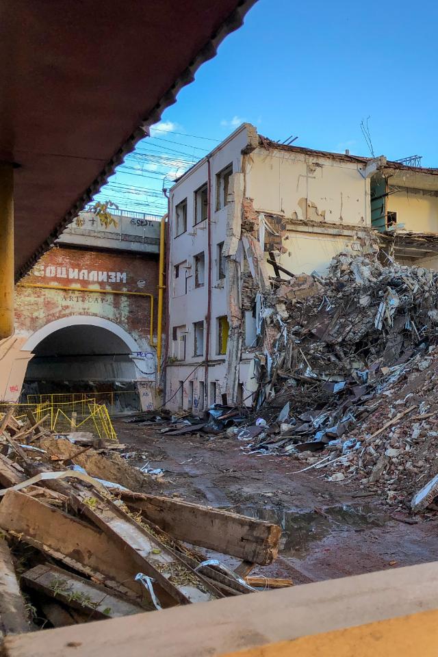 Как сносят здание бывшей швейной фабрики на«Артплее»
