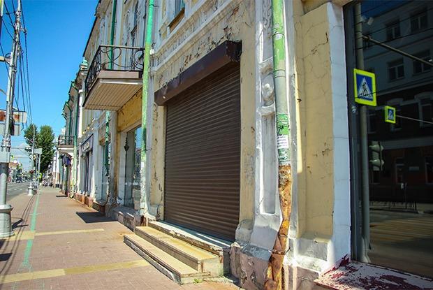 Лето в самоизоляции: Заросшие парки, закрывшиеся рестораны и съехавшие магазины в Иркутске