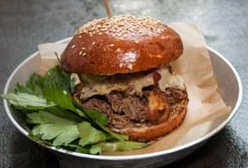 Rumor Bar наПокровке, бургерная «Охота мяса» и«Пловбокс» наРогожском рынке