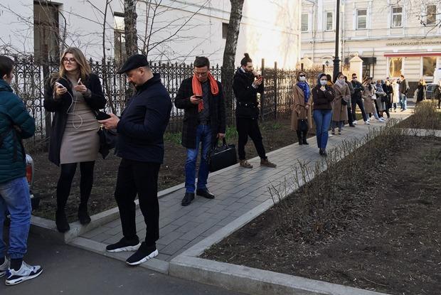 Люди стоят в очереди вцентре Москвы, чтобы сдать тест накоронавирус. О чем они думают?!