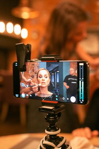 Впрокат вышел фильм «Дважды два», который сняли насмартфон Samsung Galaxy