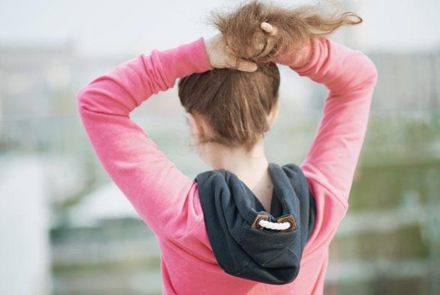 Убирать длинные волосы в хвост в тесных помещениях и транспорте