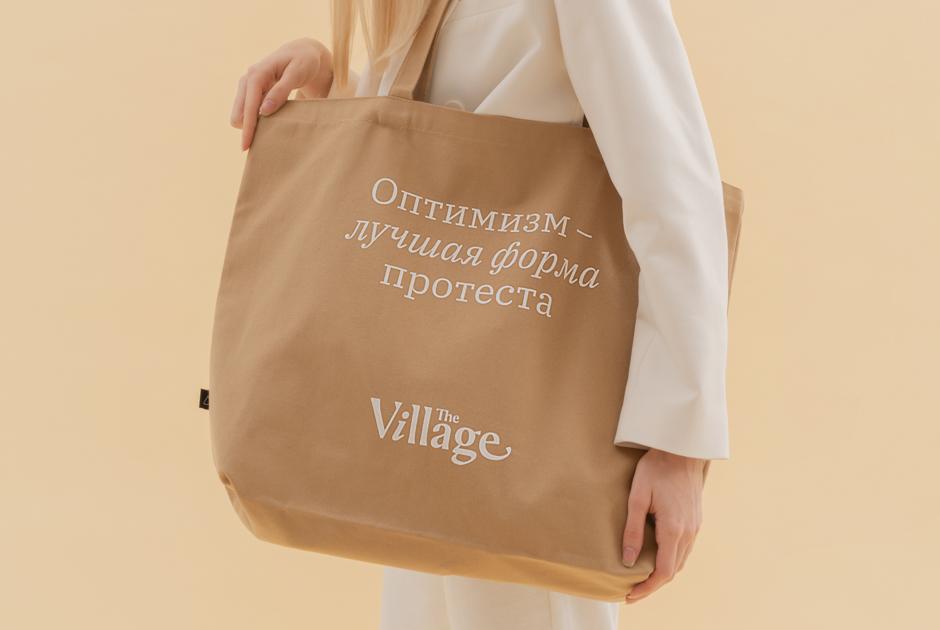 «Оптимизм – это лучшая форма протеста»: Сумки-шоперы из коллаборации The Village и Arny Praht