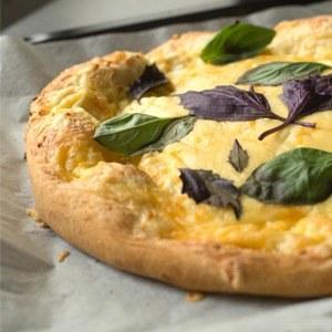 Повар LookAtMedia готовит пиццу «Четыре сыра» ичизкейк изроссийских продуктов