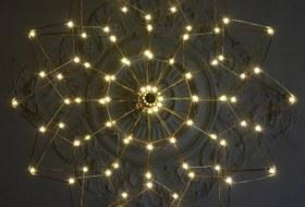 Инстаграм с космическими лампочками в публичных местах Петербурга