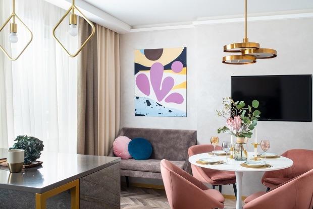 «Звездные войны» и абстракционизм в квартире для молодой семьи из Екатеринбурга