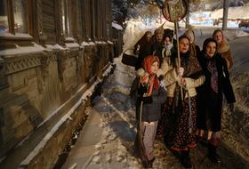 Святки — это русский Halloween: колядовщики с гармонью, «медвежья комедия» и подблюдные гадания