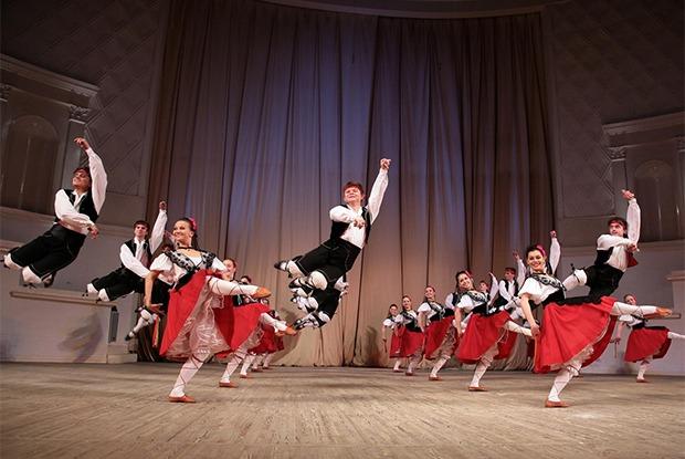 «Танцы народов мира», музыка дляарфы иджаз в арт-резиденцииFlacon 1170